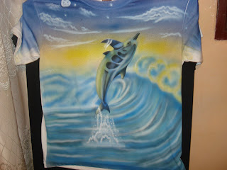 Aerografia, delfin sobre agua