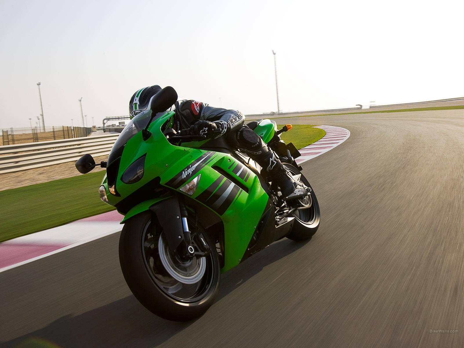 http://4.bp.blogspot.com/_rqqtSGINUiY/TPUj7KG-gdI/AAAAAAAAAFc/8uUI-VGJ8WI/s1600/Sports%20bike%20Kawasaki-Ninja-ZX-6R%20pao.jpg