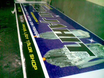 Kerja2 pemasangan sticker pada poly signboard