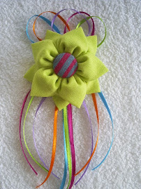Flor Verdinha - com fitinhas coloridas...