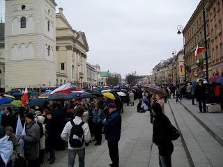 Poland President Lech Kaczynski mourning Kaczynscy Warsaw Warszawa Crowd Presidential Palace Krakowskie Przedmiescie lying in state funeral queue