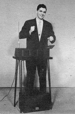 Un joven Bob Moog tocando un theremin fabricado por él