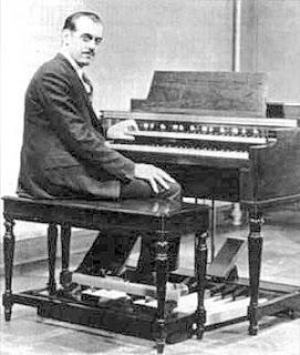 El ingeniero Hammond posa al teclado del órgano eléctrico que lleva su nombre