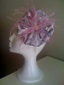 Raso gris con pasamanería y plumas rosas, una combinación elegantísima.