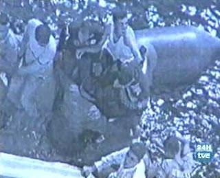 Foto aerea dei naufraghi sul gommone forato