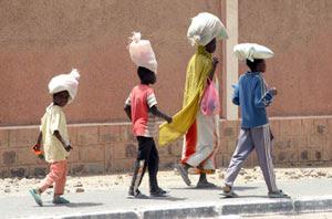 Famiglia di immigrati sulle strade di Tamanrasset