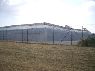 Il centro di identificazione e espulsione di Caltanissetta visto dall'esterno della recinzione