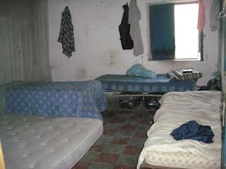 Materassi in una stanza di una masseria abbandonata