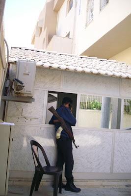Soldato libico di fronte alla sede dell'Acnur a Tripoli