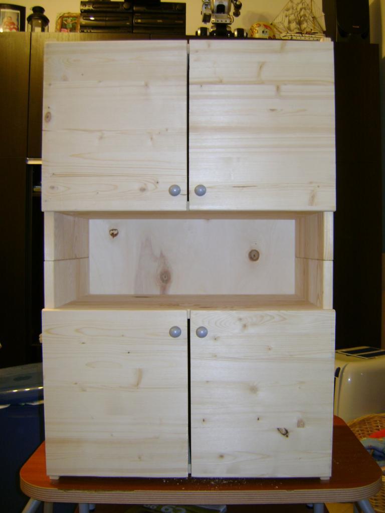 Giocattoli in legno: la mini-credenza