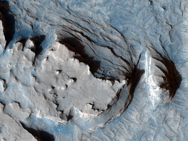 Mars Reconnaissance Orbiter image showing an old ridge on Mars