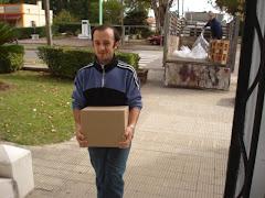 PROFES que escriben, y... también llevan cajas....