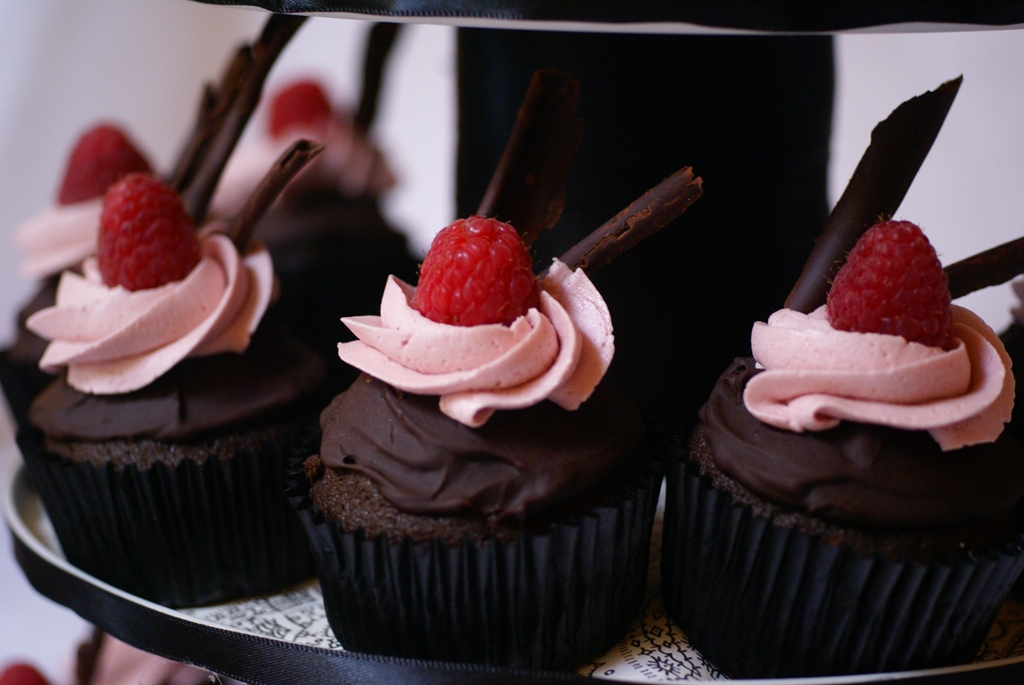raspberry cheesecake filled chocolate cupcakes with chocolate ganache ...