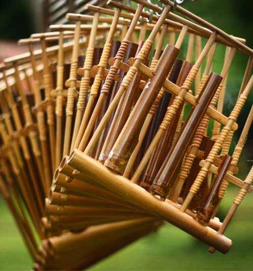 Alat musik angklung asli Jawa Barat yang menjadi warisan dunia.