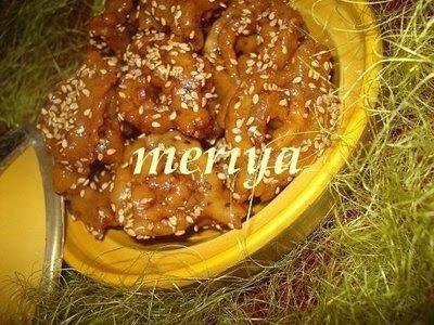 Chebakia ou Chbakiya (شباكية) ou Mkharqua (M5ar9a) (المخرقة), ou Griwech 9