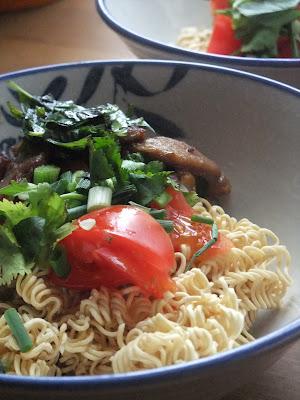 Soupe instantanée de nouilles chinoises au porc grillé