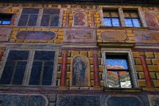 クルムロフ城の壁面。スグラフィット手法で描かれ立体的に見える