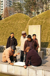 除光啓の墓の前で碁を打つ人達