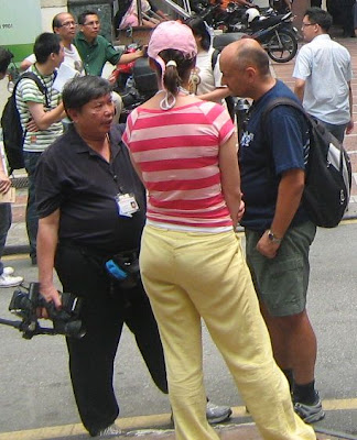 Malaysiakini reporter cameraman chatting with 2 foreigners