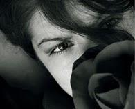 انا...ابحث عن الحب في قلوب حزينه وعن العشق في عيون غريبه وابحث عنك وانت بعيد عني ولكني احبك