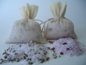 saquito de sales perfumadas de rosas con pétalos y de lavanda con semillas.