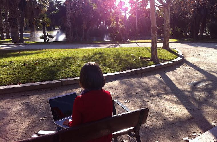 Mujer sentada en un banco