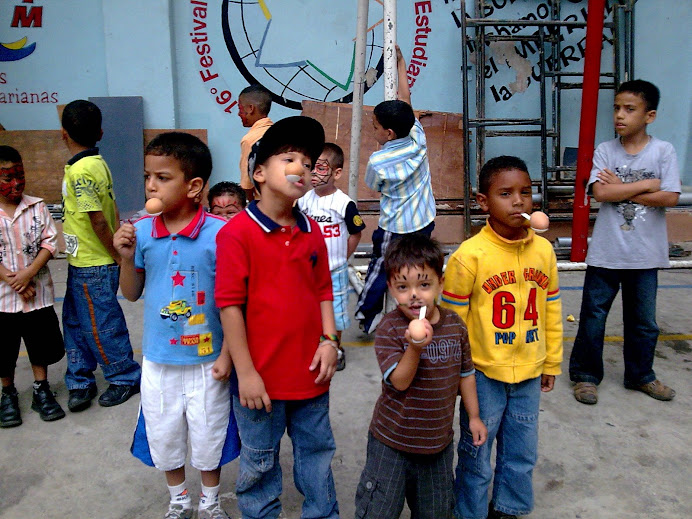 el CECUFM con los niños del sector el encanto de la Vega, en el patio del CUFM