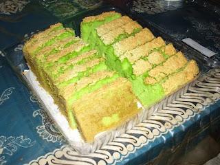 Cake dasarnya pake resep cake bolu pandan di variasikan dengan taburan