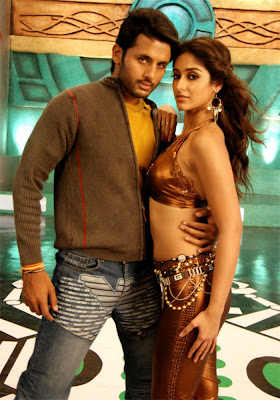 hot ileana spicy exposing her breast navel thighs