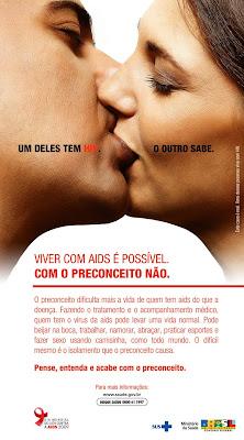 Viver com AIDS é possível. Com o preconceito, não. - cartaz da campanha de 2009