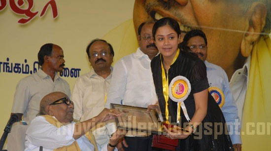 [jyothika-Tamil-Nadu-State-Film-Awards-2009-pics-03.jpg]