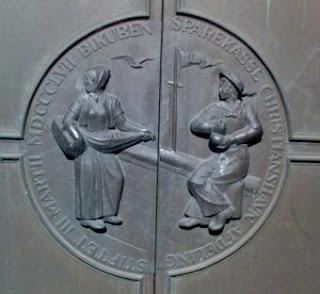 Sparekassen Bikuben på Christianshavn. Bemærk alle de fredelige symboler, hvoraf spånkurven er en af dem.