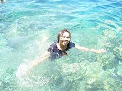 Mandi di pantai Bunaken