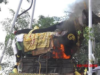 Jenasah dlm patung lembu mulai di bakar