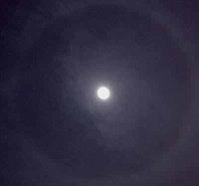 [Terbakor Hot] Lingkaran pada bulan - 22 Degree Luna Halo di malam 9 Oktober 2011