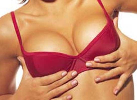 Cirurgia plástica em aumento em um peito em Moscou