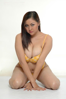 Sexy Models Rizki (Kiki) Pritasari From Indonesia in a sexy yelloew bikini in images photo gallery