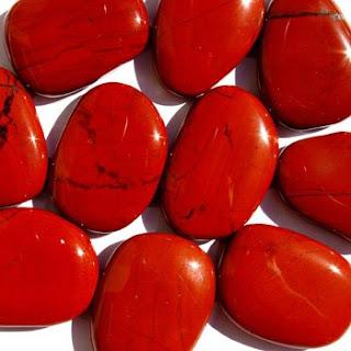 Jaspe rojo. Le llaman la piedra del amor, el jaspe rojo se utiliza como afrodisíaco y estabilizador amoroso. Para los judíos tiene un significado importante