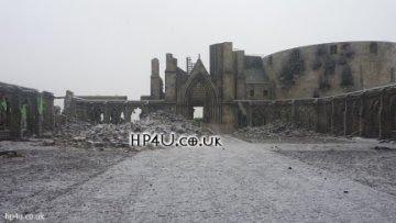Veja a primeira foto do cenário de Hogwarts destruído para as gravações da Batalha Final