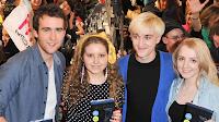 Confira fotos dos atores de 'Harry Potter e o Enigma do Príncipe' autografando DVDs do sexto filme