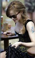Emma Watson fez tatuagem e confirma namoro em entrevista