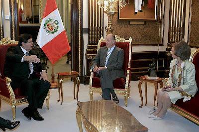 El rey Don Juan Carlos de Borbón y su esposa dialogan con el presidente Alan García