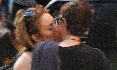Lindsay lohan y Samantha Ronson dándose ósculos