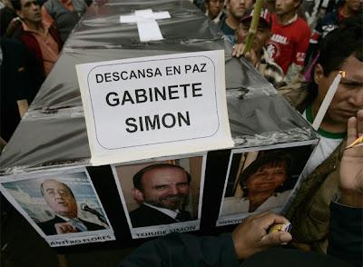 Manifestantes piden la dimisión de ministros con un ataúd de cartón en la jornada de protesta del miércoles.
