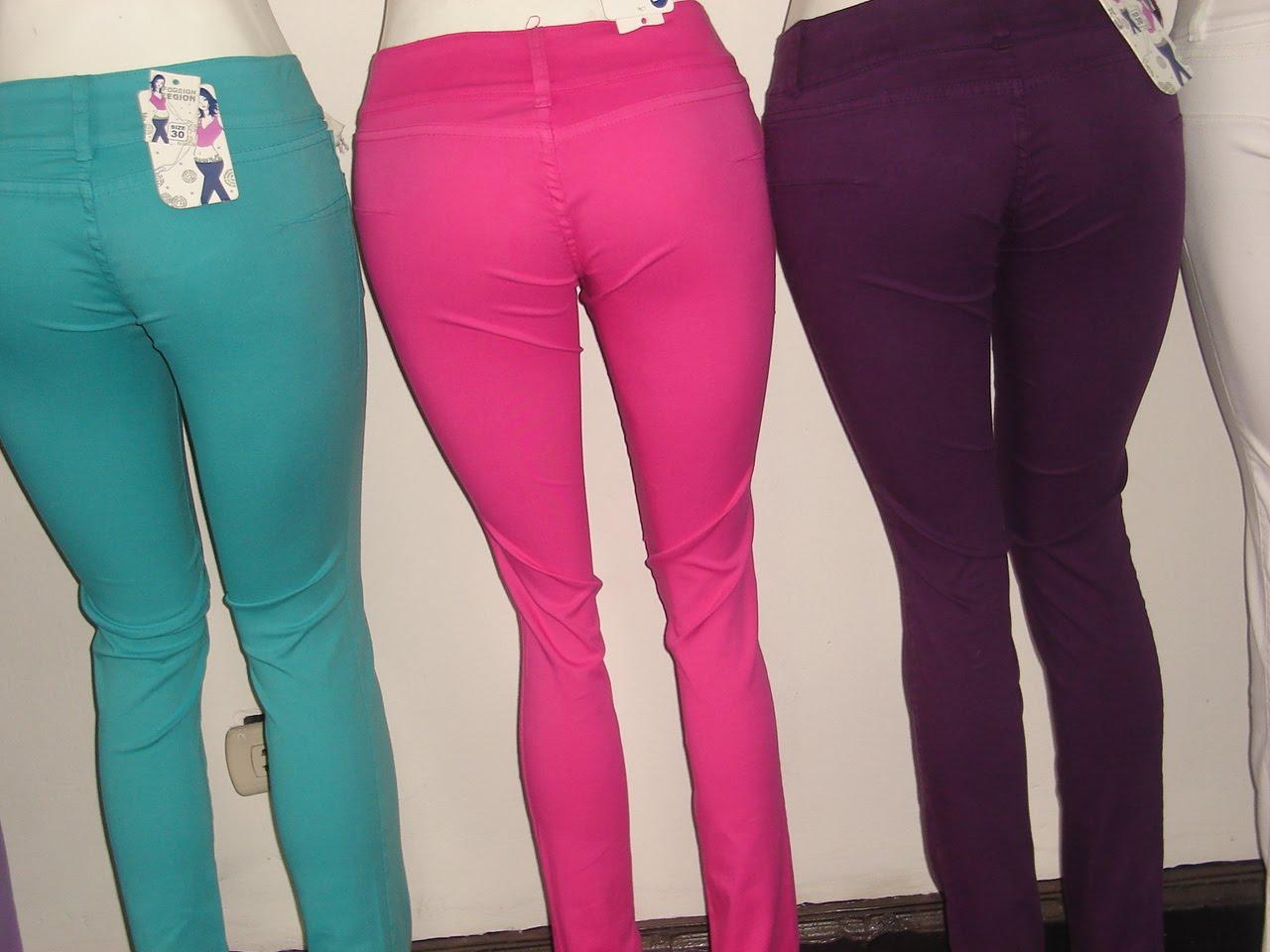 mujer de color pantalones