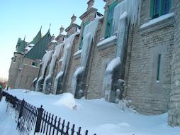 Este eh um predio do governo, em Quebec City. Reparem no gelo das janelas.