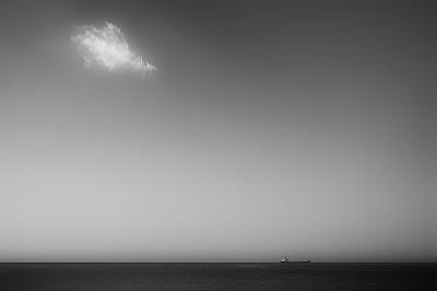Una nube y un barco en el sur de Gran Canaria
