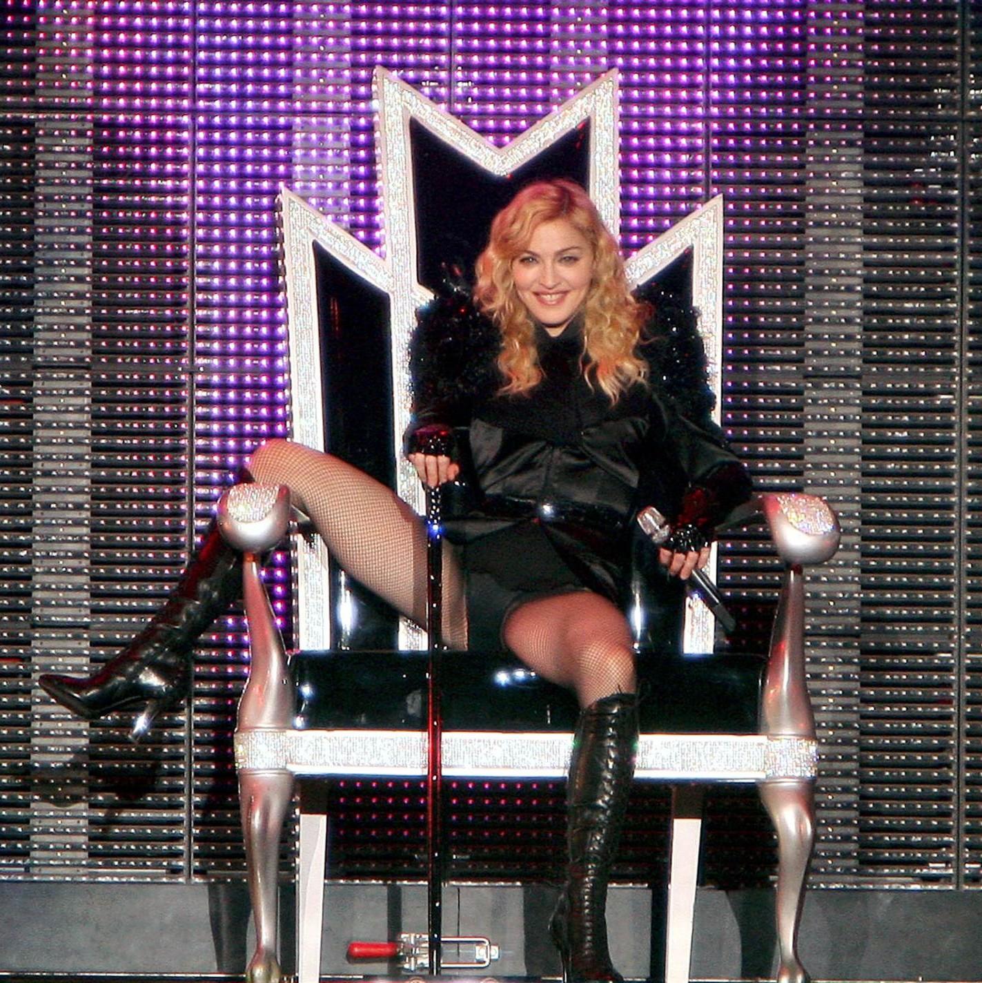 http://4.bp.blogspot.com/_t9qvhx1RDY0/TDCGclOXLDI/AAAAAAAAEIY/zCvWZMzg4rc/s1600/Madonna_Concert_071009.jpg