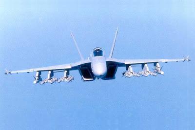 Caça F/A-18 vista frontal.