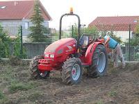 tractor levantando patatas